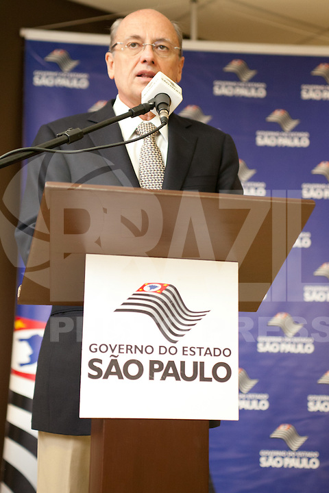 ATENCAO EDITOR: FOTO EMBARGADA PARA VEICULOS INTERNACIONAIS<br /> SAO PAULO, SP, 01 OUTUBRO 2012 -Giovanni Guido Cerri secretario de estado da Saude de Sao Paulo durante comemoracao do Dia Internacional do Idoso no CRI (Centro de Referencia do Idoso), na zona norte da capital - Sao Paulo SP<br /> FOTO: POLINE LYS - BRAZIL PHOTO PRESS
