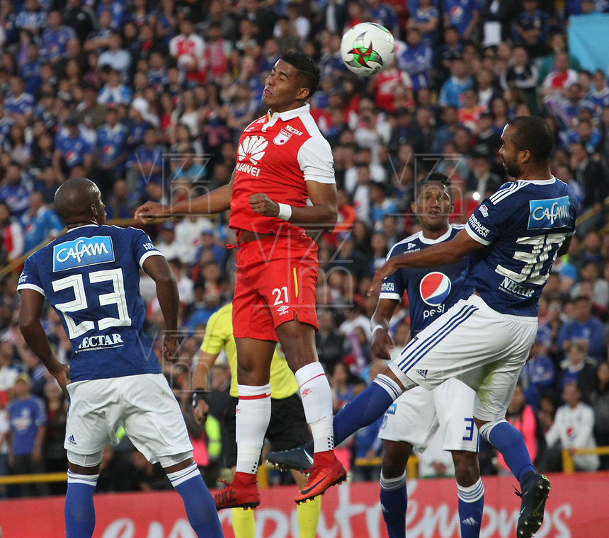 BOGOTÁ - COLOMBIA, 20-01-2019:Carlos Henao (Izq.) jugador del Independiente Santa Fe disputa el balón con Luis Payares (Der.) jugador de Millonarios durante partido por la  final del Torneo Fox Sport 2019 jugado en el estadio Nemesio Camacho El Campín de la ciudad de Bogotá. /Carlos Henao(L) Player of the Independiente Santa Fe disputes the ball with Luis Payares( R) player of Millonarios during game for the final of the Fox Sport 2019 Tournament played in the Nemesio Camacho El Campín stadium in the city of Bogotáy. Photo: VizzorImage / Felipe Caicedo / Staff.