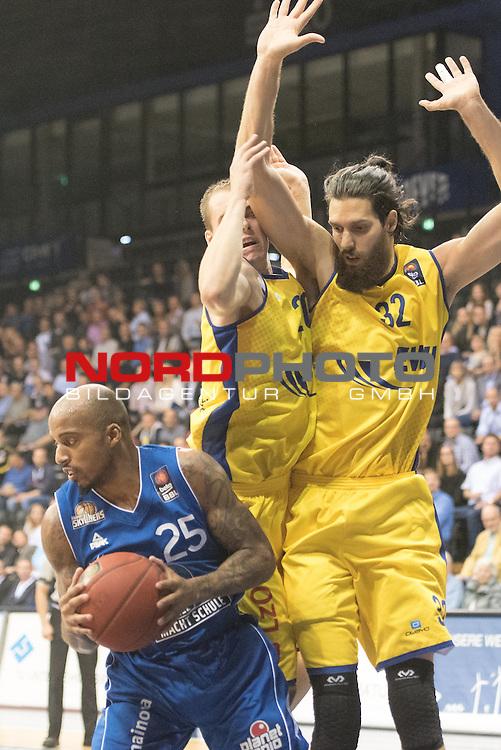 07.10.2015, EWE Arena, Oldenburg, GER, Beko BBL, EWE Baskets Oldenburg vs FRAPORT SKYLINERS , im Bild<br /> <br /> Jordan Theodore (Fraport Skyliners Frankfurt #25)<br /> Nemanja Aleksandrov (EWE Baskets Oldenburg #32)<br /> Brian Qvale (EWE Baskets Oldenburg #41)<br /> Foto &copy; nordphoto / Kokenge