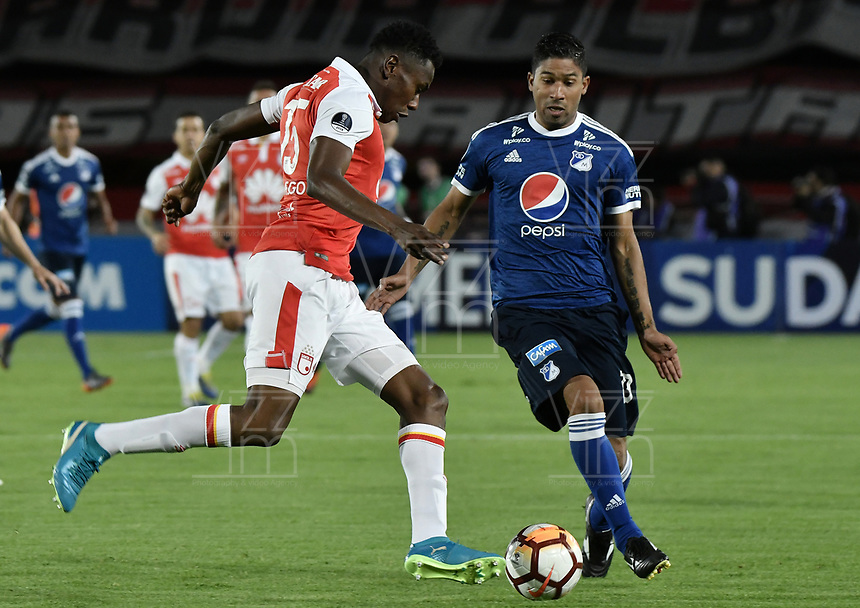 BOGOTÁ - COLOMBIA, 18-09-2018: Hector Urrego (Izq) jugador de Independiente Santa Fe disputa el balón con Cristian Marrugo (Der) jugador de Millonarios durante partido de ida por los octavos de final de la Copa CONMEBOL Sudamericana 2018 jugado en el estadio Nemesio Camacho El Campín de la ciudad de Bogotá. / Hector Urrego (L) player of Independiente Santa Fe vies for the ball with Cristian Marrugo (R) player of Millonarios during first leg match for the eight finals of CONMEBOL Sudamericana 2018 cup played at Nemesio Camacho El Campin stadium in Bogotá city.  Photo: VizzorImage / Gabriel Aponte / Staff