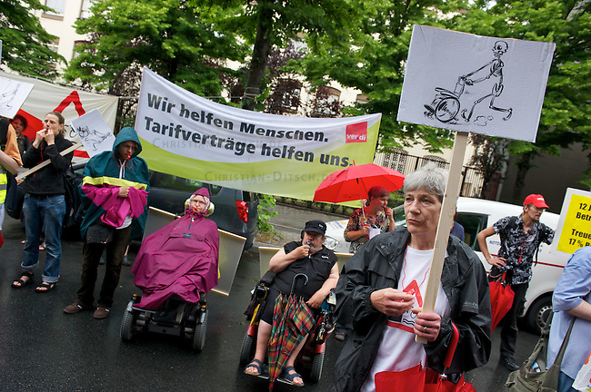 Kundgebung fuer eine bessere Entlohnung der Behindertenassistenz in Berlin.<br /> Am Mittwoch den 8. Juni 2011 versammelten sich Mitarbeiterinnen und Mitarbeiter aus der Behindertenpflege und sog. Behinderte vor der Berliner <br /> Senatsverwaltung fuer Soziales. Sie protestierten gegen die Weigerung des SPD-Linke-Senats  nach zehn Jahren ohne Lohnerhoehungen hoehere Loehne zu zahlen. Das Motto der Kundgebung war &quot;Assistenzloehne rauf - McPflege abwaehlen&quot;. An der Kundgebung beteiligten sich u.a Mitarbeiter der ambulante dienste e.V., der Lebenswege gGmbH und der Gewerkschaft Ver.di.<br /> 8.6.2011, Berlin<br /> Copyright: Christian-Ditsch.de<br /> [Inhaltsveraendernde Manipulation des Fotos nur nach ausdruecklicher Genehmigung des Fotografen. Vereinbarungen ueber Abtretung von Persoenlichkeitsrechten/Model Release der abgebildeten Person/Personen liegen nicht vor. NO MODEL RELEASE! Nur fuer Redaktionelle Zwecke. Don't publish without copyright Christian-Ditsch.de, Veroeffentlichung nur mit Fotografennennung, sowie gegen Honorar, MwSt. und Beleg. Konto: I N G - D i B a, IBAN DE58500105175400192269, BIC INGDDEFFXXX, Kontakt: post@christian-ditsch.de<br /> Bei der Bearbeitung der Dateiinformationen darf die Urheberkennzeichnung in den EXIF- und  IPTC-Daten nicht entfernt werden, diese sind in digitalen Medien nach &sect;95c UrhG rechtlich geschuetzt. Der Urhebervermerk wird gemaess &sect;13 UrhG verlangt.]