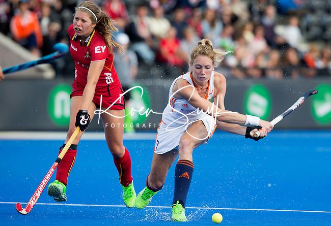 LONDEN -  Willemijn Bos (r) passeert de Belgische Manon Simons  tijdens  de wedstrijd tussen de dames van Nederland en Belgie bij  het Europees Kampioenschap hockey in Londen.  ANP KOEN SUYK
