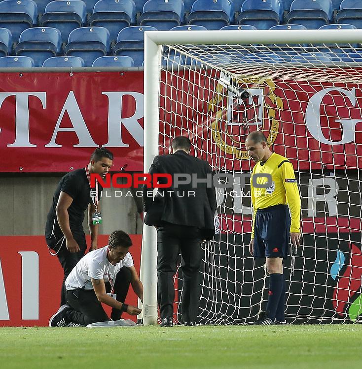 EM 2015 Qualifikationsspiel, Gibraltar vs. Deutschland<br /> Vor Anpfiff der zweiten Halbzeit wird das deutsche Tornetz mit Kabelbinder rapariert<br /> <br /> Foto &copy; nordphoto /  Bratic