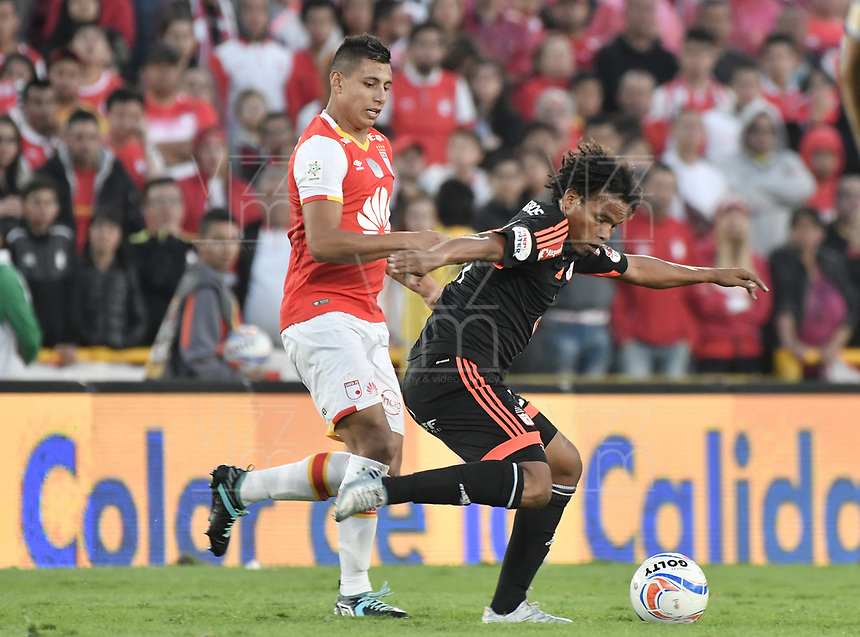 BOGOTÁ - COLOMBIA, 05-11-2017: Juan Daniel Roa (Izq.) jugador de Santa Fe disputa el balón con William Arboleda (Der.) jugador del América durante el encuentro entre Independiente Santa Fe y América de Cali por la fecha 19 de la Liga Aguila II 2017 jugado en el estadio Nemesio Camacho El Campin de la ciudad de Bogotá. / Juan Daniel Roa (L) player of Santa Fe struggles for the ball with William Arboleda (R) player of America during match between Independiente Santa Fe and America de Cali for the date 19 of the Aguila League II 2017 played at the Nemesio Camacho El Campin Stadium in Bogota city. Photo: VizzorImage/ Gabriel Aponte / Staff