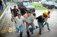 """Acusado pelos pistoleiros, que mataram a freira, de ser o mandante  pelo assassinato da irma Dorothy, Vitalmiro Bastos de Moura o Bida 34 anos, chega a sede da polcÌcia federal em BelÈm apÛs se entregar, em Altamira, a comiss""""o do senado que investiga o assassinato da religiosa .<br /> BelÈm Par· Brasil<br /> 27/03/2005<br /> Foto Paulo Santos/Interfoto Acusado pelos pistoleiros, que mataram  Dorothy Stang, Vitalmiro Bastos de Moura o Bida 34 anos, chega a Base Aérea de Belém algemado , escoltados por policiais federais.<br /> Belém, Pará, Brasil.<br /> Foto Paulo Santos/Acervo H<br /> 27/03/2005"""