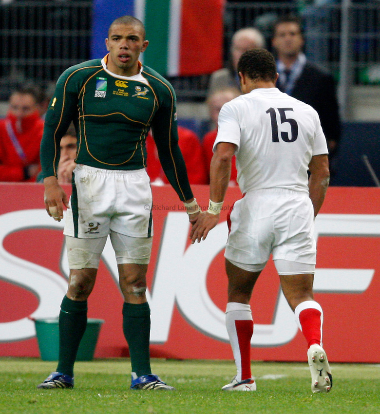 Photo: Richard Lane/Richard Lane Photography..England v South Africa. The Final of the IRB Rugby World Cup, RWC 2007. 20/10/2007. .England's Jason Robinson (rt) shakes hands with South Africa's Bryan Habana as he leaves the field injured.