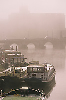 Europe/France/89/Yonne/Auxerre: Brouillard matinal sur le port sur l'Yonne et le pont Paul-Bert