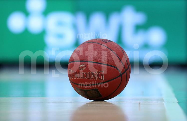 Basketball  1. Bundesliga  2015/2016   Hauptrunde 32. Spieltag  24.04.2016 Walter Tigers Tuebingen -  Basketball Loewen Braunschweig  Spalding Ball vor der Stadtwerke Tuebingen Werbebande