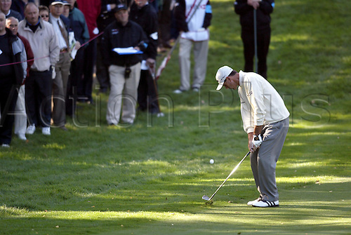 October 16, 2003:American golfer LEN MATTIACE (USA) plays his chip shot to the 14th Green during the first round of the HSBC World Matchplay Championship at Wentworth, Mattiace lost to Thomas Bjorn 4&3. Photo: Glyn Kirk/action plus...match play golf 031016 player matchplay