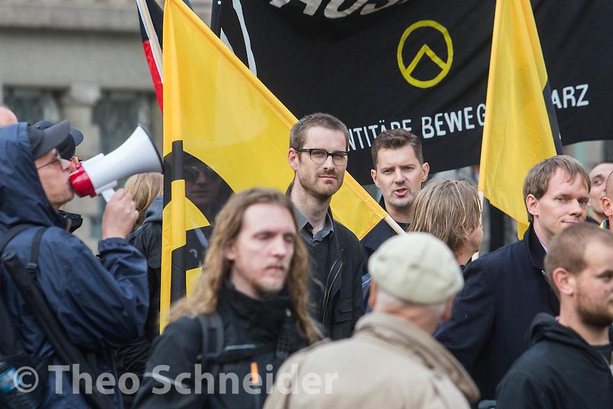 """Hendrik Pauli, Schatzmeister der AfD in Neukölln, (mitte mit Brille). // Rund 100 Anhänger der """"Identitären Bewegung"""" zogen zum 17. Juni durch Berlin-Mitte."""