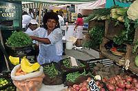 Amérique/Amérique du Sud/Pérou/Lima : Marché de Surquillo - Marchande de légumes : carottes, oignons, haricots verts et citrouille