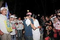 Coatzacoalcos Veracruz 22/Noviembre/2014.<br /> Se realiz&oacute; el primer encuentro de la D&eacute;cima caravana del movimiento migrante mesoamericano en la ciudad de Coatzacoalcos Veracruz en el Parque Independencia, donde la Sra. Leonila guerra se reencontr&oacute; con su hermano Oswaldo guerra despu&eacute;s de 17 a&ntilde;os de no  saber de &eacute;l, cuenta la Sra. Guerra que al no saber de nada del paradero de su hermano lo dieron por muerto y hasta ofrecieron una misa en su nombre. El contacto se logr&oacute; a principios de a&ntilde;o cuando a trav&eacute;s de Puentes de Esperanza y gracias a una persona de nombre Claudia  Herrera quien se comunic&oacute; con el movimiento, diciendo que ella conoc&iacute;a a una persona masculina que llego a vivir hace muchos a&ntilde;os a Jaltipan, de origen centroamericano  y que ahora se sabe que sali&oacute; de cerro blanco, el rosario de Guatemala.<br /> Dicho reencuentro fue emotivo donde ambos hermanos se abrazaron efusivamente, por la emoci&oacute;n de verse despu&eacute;s de tantos a&ntilde;os. <br /> Todos los derechos reservados.