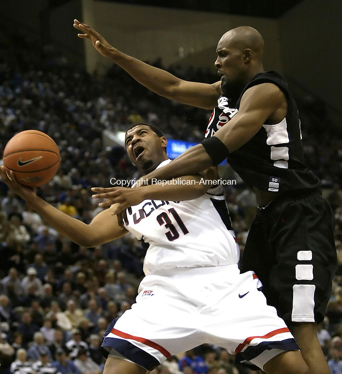 HARTFORD, CT 09 JANUARY 2005 010905BZ03-     UConn #31, Rashad Anderson tries to shoot around Cincinnati #23, Ronald Allen<br />  during their game at the Hartford Civic Center Monday night. <br /> Jamison C. Bazinet Republican-American