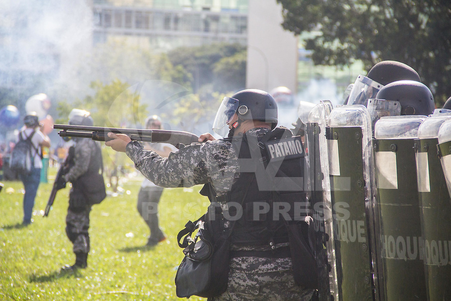 BRASILIA, DF, 24.05.2017 - PROTESTO-DF - Policiais atiram bombas de gás lacrimogêneo e de efeito moral durante ato convocado pela Central Única dos Trabalhadores (CUT), a Força Sindical e outros sindicatos de várias partes do Brasil, nesta quarta-feira, 24, em Brasília.  (Foto: Danilo Fernandes/Brazil Photo Press)