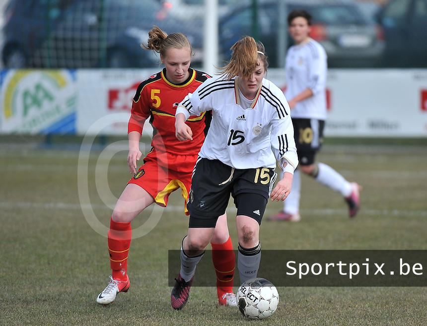 Belgie U17 - Duitsland U17 : Elisabeth Mayr (voor) in duel met Inne De Smet .foto DAVID CATRY / Vrouwenteam.be