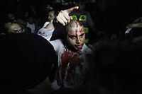 SAO PAULO,SP,20 DE JUNHO DE 2013,PROTESTO NA AVENIDA PALISTA ACABA EM CONFUSAO E UM HOME FICA FERIDO NA CABECA,No comeco da noite desta Quarta(20) um grupo partidario entrou em confronto com manifestantes na Avenida Paulista SP,houve pancadaria e um homem foi atingido na cabeca que saiu muito sangue,FOTO:WARLEY LEITE/BRAZIL PHOTO PRESS