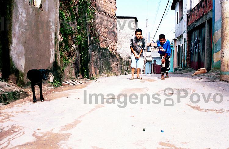 Jovens jogando bola-de-gude, Aglomerado Barragem Santa Lucia.Belo Horizonte, Minas Gerais, Brasil.