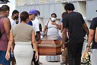 Rio de Janeiro (RJ), 13/05/2020 - Covid-19-Rio - Vítimas do covid-19 são enterrados no cemitério São Francisco Xavier, Caju, zona norte no meio da pandemia do novo coronavirus nesta quarta-feira (13).