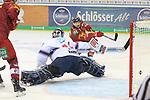Duesseldorfs Jaedon Descheneau (Nr.14) bezwingt Mannheims Goalie DennisEndras (Nr.44)  zum 2:2 beim Spiel in der DEL, Duesseldorfer EG (rot) - Adler Mannheim (weiss).<br /> <br /> Foto © PIX-Sportfotos *** Foto ist honorarpflichtig! *** Auf Anfrage in hoeherer Qualitaet/Aufloesung. Belegexemplar erbeten. Veroeffentlichung ausschliesslich fuer journalistisch-publizistische Zwecke. For editorial use only.