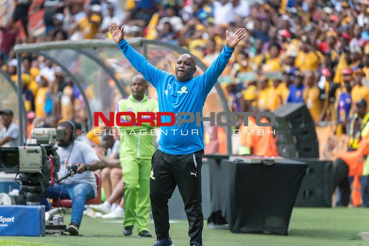 05.01.2019, FNB Stadion/Soccer City, Nasrec, Johannesburg, RSA, Premier League, Kaizer Chiefs vs Mamelodi Sundowns<br /> <br /> im Bild / picture shows <br /> <br /> Pitso Mosimane Trainer <br /> Torjubel / Jubel <br /> Einzelaktion, Ganzk&ouml;rper / Ganzkoerper<br /> Gestik, Mimik,<br /> <br /> <br /> Foto &copy; nordphoto / Kokenge