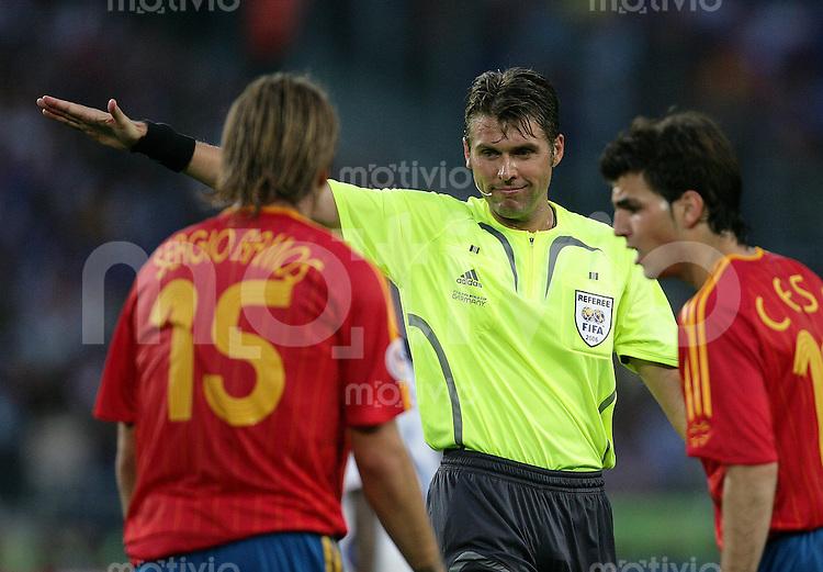 Fussball WM 2006  Achtefinale  Spiel 56 Spanien - Frankreich Spain - France  Schiedsrichter Roberto ROSETTI (ITA) mit Sergio RAMOS (l) und Ces FABREGAS (beide ESP).