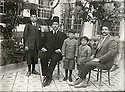 Syrie 1920?<br /> Damas:de doite a gauche, Ibrahim ben Adjaj Shemdin, Adnan Shemdin, Shemdin Shemdin, Omar Agha Shemdin,Adel Shemdin dans la cour de la maison Shemdin<br /> Syria 1920?<br /> Damascus: Members of the Shemdin family in the courtyard of their house