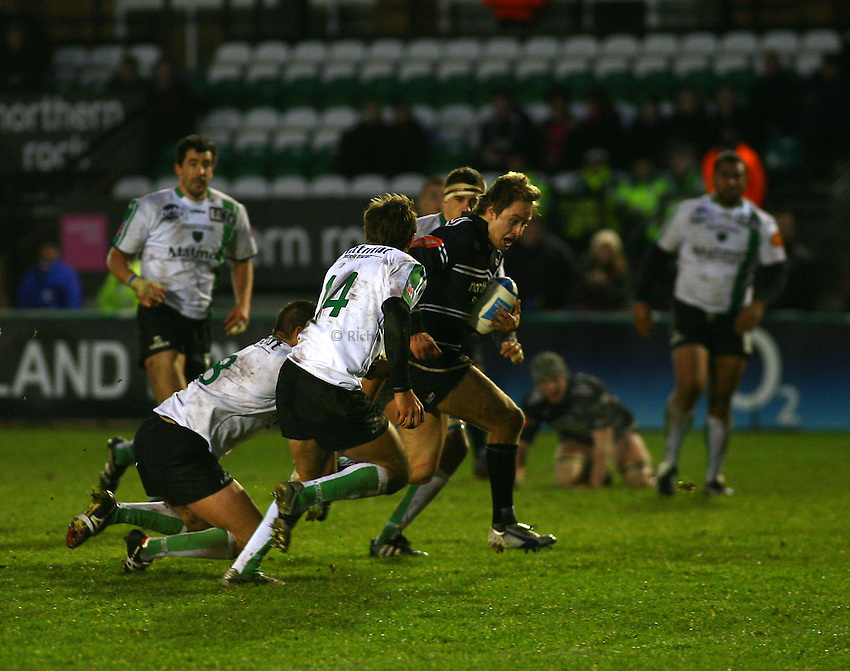Photo: Andrew Unwin..Newcastle Falcons v Montauban. European Challenge Cup. 17/12/2006..Newcastle Falcons' Mathew Tait (R of C) makes a break.