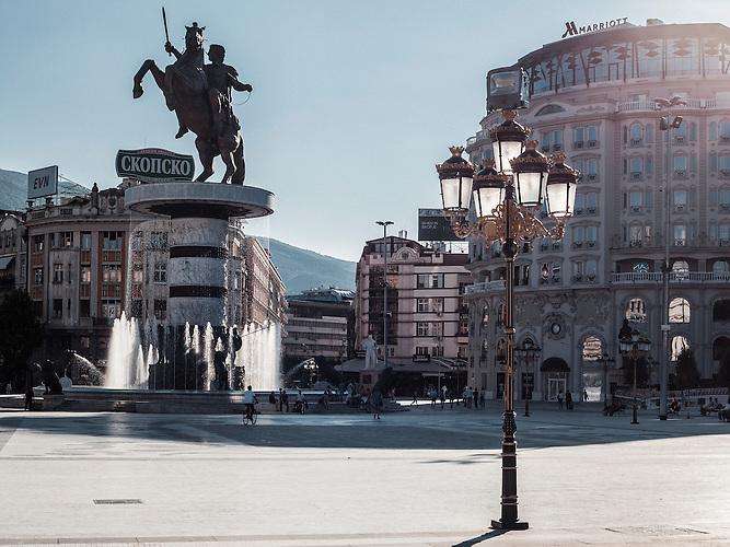 Macedonia Square/ Mazedonien Platz. Im Hintergrund steht das &bdquo;Warrior on a Horse&ldquo; Denkmal, das renovierte Marriott Hotel mit preudobarocker Fassade.   <br /><br />Macedonia Square/ Mazedonien Platz. In the background one can see the monument &bdquo;Warrior on a Horse&ldquo;, the newly renovated Marriot Hotel with it&lsquo;s pseudo-baroque facade.<br /><br />Mega-Bauprojekt &quot;Skopje 2014&quot;