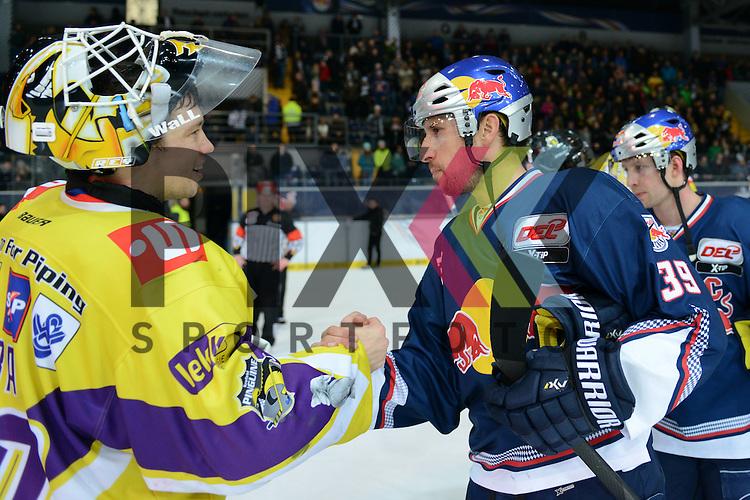 Im Bild Tomas DUBA (70) (Krefeld Pinguine) und Francois M&Eacute;THOT (39) (EHC Red Bull M&uuml;nchen) beim Shake Hands.  im Spiel der DEL, Red Bull Muenchen - Krefeld Pinguine.<br /> <br /> Foto &copy; P-I-X.org *** Foto ist honorarpflichtig! *** Auf Anfrage in hoeherer Qualitaet/Aufloesung. Belegexemplar erbeten. Veroeffentlichung ausschliesslich fuer journalistisch-publizistische Zwecke. For editorial use only.