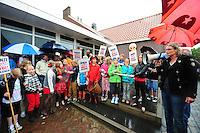 ALGEMEEN: SINT NICOLAASGA: parkeerterrein naast zalencentrum Sint Nicolaasga, 31-05-2012, Manifestatie tegen sluiting bibliotheek St. Nicolaasga, Liedeke (midden op de foto, als piraat) heeft zich de afgelopen weken sterk gemaakt voor het behoud van de bieb en de schoolkinderen opgeroepen om zo veel mogelijk verkleed als hun favoriete boekpersonage naar de manifestatie te komen, Mede-initiatiefneemster Hillie de Koe (SP werkgroep) spreekt de aanwezigen toe, ©foto Martin de Jong