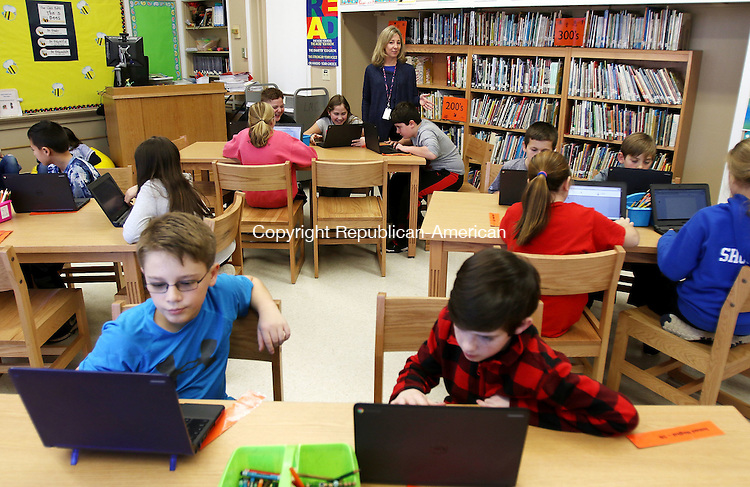 WATERBURY CT. 21 January 2016-012016SV11-Jodi Alexander, Library Media Specialist, instructs a 5th grade class in the new newly renovated library/media center at Mitchell Elementary of the School in Woodbury Thursday. <br /> Steven Valenti Republican-American