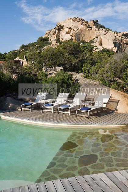 Europe/France/2A/Corse du Sud/ Murtoli:  La piscine du Domaine de Murtoli dans la vallée de l'Ortolo  sur le Golfe de Roccapina- Les anciennes  bergeries ont étées transformées en maison d'hôtes