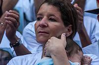 SÃO PAULO, SP, 28.10.2014-PROTESTO PELA MORTE DO MOTORISTA  -  A esposa do motorista morto segura um de seus filhos no colo  durante ato contra a morte de seu marido. Motoristas e cobradores realizam ato em protesto a morte do motorista John Carlos Soares Brandão. O protesto acontece na tarde desta terça-feira (28), na região central de São Paulo. (Foto: Taba Benedicto/ Brazil Photo Press)