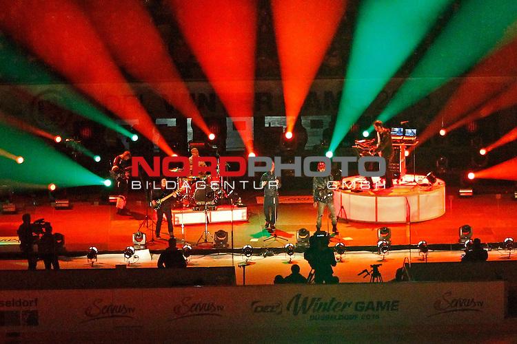 DEL Wintergame 2015 Esprit Arena  Duesseldorf 10.01.2015<br /> <br /> Im Bild : <br /> <br /> Mando Diao<br /> Bj&ouml;rn Hans-Erik Dixg&aring;rd / Gesang, Gitarre<br /> Gustaf Erik Nor&eacute;n / Gesang, Gitarre, (Klavier)<br /> Carl-Johan Fogelklou / Bass, Backing Vocals<br /> Daniel Haglund / Keyboard, Backing Vocals,Gitarre<br /> Patrik Heikinpieti / Schlagzeug<br /> <br /> <br /> <br /> Foto:  nordphoto / FSA