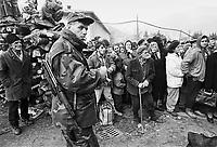 - Goradze (Bosnia-Herzegovina), Muslim enclave for long time besieged  by Serb troops;  the inhabitants of the city waiting for the first NATO convoy to break the encirclement  (January 1996)<br /> <br /> - Goradze ( Bosnia-Herzegovina) , enclave musulmana a lungo assediata dalle truppe serbe; gli abitanti della citt&agrave; in attesa del primo convoglio della NATO che rompe l'accerchiamento (gennaio 1996)