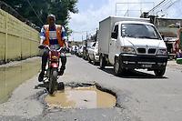 Carretera de Mendoza en total estado de deterioro, debido a las constantes lluvias y el deficiente sistema de drenaje pluvial de la comunidad.Fotos: Carmen Suárez/acento.com.do.Fecha: 06/08/2011.
