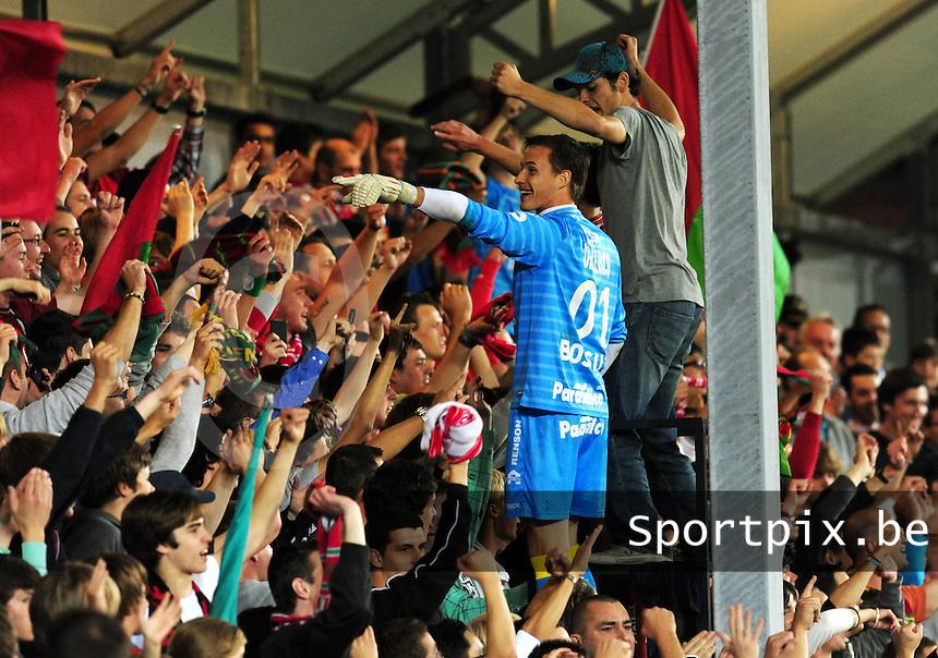 SV Zulte-Waregem - KV Kortrijk : doelman Sammy Bossut viert na de wedstrijd mee in de tribune.foto VDB / BART VANDENBROUCKE