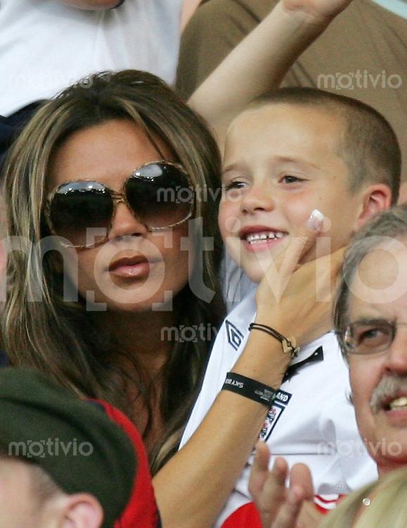 Fussball WM 2006   Achtelfinale   England - Ecuador Victoria, Ehefrau von David Beckham mit Sohn Brooklyn im Publikum