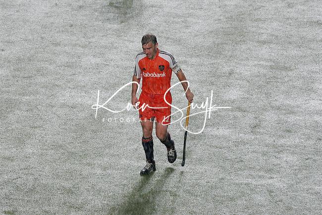 CHENNAI-Champions Trophy hockey mannen. Aanvoerder Jeroen Delmee verlaat het veld nadat de wedstrijd vanwege de hevige regenval is onderbroken , zondag tijdens de finalewedstrijd Nederland-Australie. ANP PHOTO KOEN SUYK