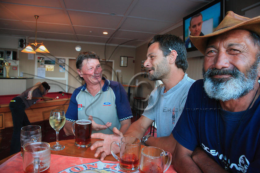 Friday evening at the pub in Waikau Bay, the whole team from Whakaari gets together for a drink. A very English tradition…