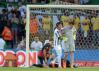 MEDELLÍN -COLOMBIA-16-05-2015. Gilberto Garcia (Izq) jugador ayuda a Franco Armani (Der) arquero de Atlético Nacional durante partido con Cúcuta Deportivo por la fecha 20 de la Liga Aguila I 2015 jugado en el estadio Atanasio Girardot de la ciudad de Medellín./ Gilberto Garcia (L) player helps to his teammate Franco Armani (R) goalkeeper of Atletico Nacional  during the match against Cucuta Deportivo  for the  20th date of the Aguila League I 2015 at Atanasio Girardot stadium in Medellin city. Photo: VizzorImage/León Monsalve/ Cont