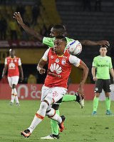BOGOTÁ - COLOMBIA, 19-08-2017: John Pajoy (Der.) jugador de Santa Fe disputa el balón con Gustavo Char (Izq.) jugador del Cali durante el encuentro entre Independiente Santa Fe y Deportivo Cali por la fecha 9 de la Liga Aguila II 2017 jugado en el estadio Nemesio Camacho El Campin de la ciudad de Bogota. / John Pajoy (R) player of Santa Fe struggles for the ball with Gustavo Char (L) player of Cali during match between Independiente Santa Fe and Deportivo Cali for the date 9 of the Aguila League II 2017 played at the Nemesio Camacho El Campin Stadium in Bogota city. Photo: VizzorImage/ Gabriel Aponte / Staff