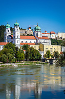 Deutschland, Niederbayern, Passau: 3-Fluesse-Stadt mit Dom St. Stephan sowie Veste Oberhaus, Fluss Inn | Germany, Lower Bavaria, Passau with cathedral St. Stephan, fort Oberhaus and river Inn
