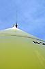 Windrad aus der Froschperspektive gegen blauen Himmel
