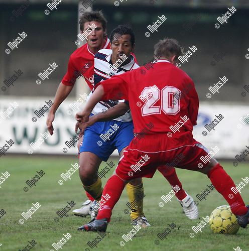 2007-07-21 / Voetbal / FC De Kempen - Hoogstraten VV / Fethi Barka (midden) met oa. Sander Weygers van Hoogstraten.
