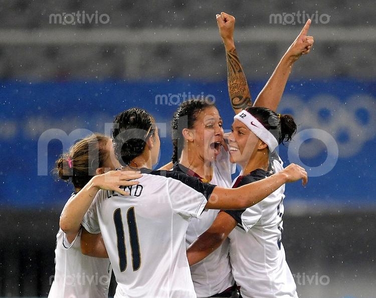 Olympia 2008  Peking  Fussball  Frauen   Viertelfinale  15.08.2008 USA - Kanada Natasha Kai (USA, re.) jubelt nach ihrem Tor zum 2:1 mit v.l. Rachel Buehler, Carli LLoyd, Shannon Boxx (alle USA).