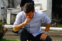 RECIFE,PE,13.08.2015 - EDUARDO-CAMPOS - O governador Paulo Câmara(d) e o prefeito de Recife, Geraldo Julio(e), visitam o túmulo do ex-governador Eduardo Campos, no Cemitério de Santo Amaro, em Recife (PE), nesta quinta-feira (13), um ano após a morte do político em um acidente aéreo ocorrido em Santos (SP). (Foto: Jean Nunes/Brazil Photo Press)