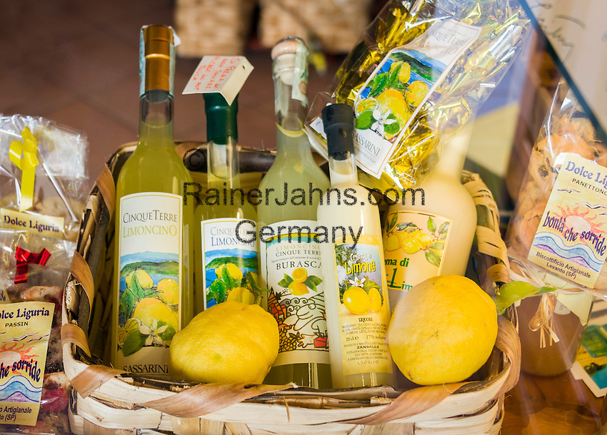 Italy, Liguria, Riviera Ligure di Levante, Sestri Levante: popular resort at Golfo Tigullio, local specialities - lemon liqueur Limoncino | Italien, Ligurien, Riviera Ligure di Levante, Sestri Levante: beliebter Urlaubsort am Golf von Tigullien, heimische Spezialitaeten - Limoncino