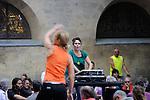 LE COEUR DU SON<br /> <br /> Conception : Maguelone Vidal<br /> Chor&eacute;graphie : Fabrice Ramalingom<br /> Assistante : Ghyslaine Gau<br /> Ing&eacute;nieur du son : Emmanuel Duchemin<br /> Avec les participants (patients et personnel soignant) aux ateliers Culture &agrave; l&rsquo;h&ocirc;pital<br /> cadre : festival Uzes danse 2014<br /> Ville : Uzes<br /> Date : 13/06/2014