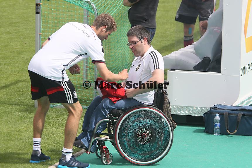Thomas Müller gibt ein Autogramm - Abschlusstraining der Deutschen Nationalmannschaft gegen die U20 im Rahmen der WM-Vorbereitung in St. Martin